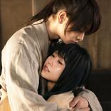 剣心(佐藤健)、涙を流す巴(有村架純)をぎゅっと抱きしめ…オフでは笑顔の2人も