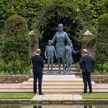 """""""不仲説""""の英王子兄弟、亡き母ダイアナ妃の銅像を一緒にお披露目。夫人たちは"""