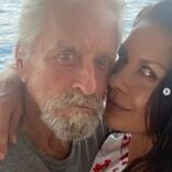 キャサリン・ゼタ=ジョーンズ、夫マイケル・ダグラスとの自撮りキスショット公開 「愛が溢れている」ファン絶賛
