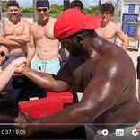 アームレスリングでマッチョな男性に勝ち続ける女性の正体とは?