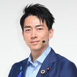 小泉進次郎大臣、学校スタイルは「久しぶり」 公開講座で熱血生徒に変身