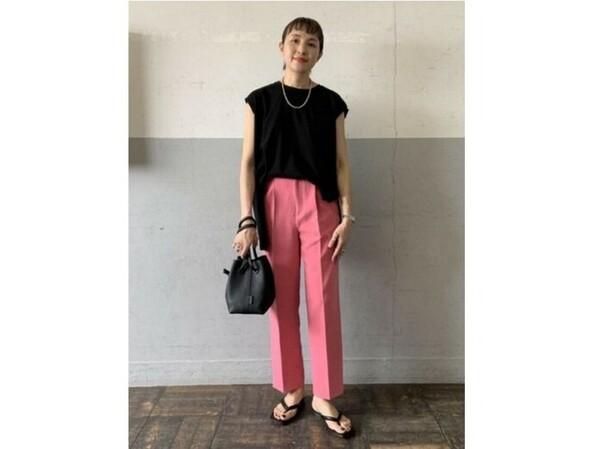 コーディネートで調整しやすいきれい色パンツは買い! 出典:WEAR