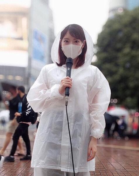 雨ガッパ姿にマスクでも美人だと分かる竹俣紅アナ。竹俣紅公式インスタグラム(@benitakemata_official)より。