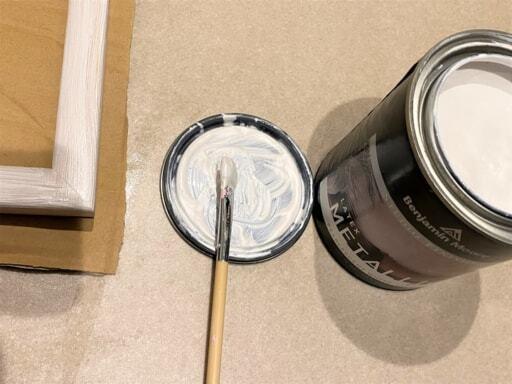 缶のフタの裏をパレット代わりに使用