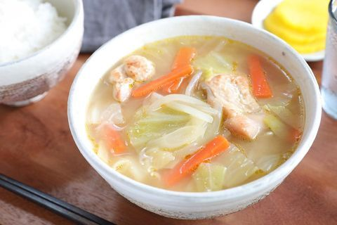 モやあ人参、キャベツ、鶏肉、味噌、スープ、白米。