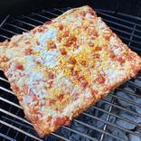 「冷凍ピザ」を炭火グリルで焼く方法