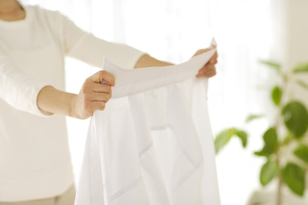 汗をかきすい夏は、衣類に汗や皮脂が染み込んでいるため、洗濯機で洗うだけでは汚れが落ちないことがあります。洗濯機に入れる前にやっておきたいことをまとめてご紹介します。