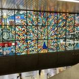 新橋駅のステンドグラス『くじゃく窓』に描かれている孔雀は1羽じゃなかった