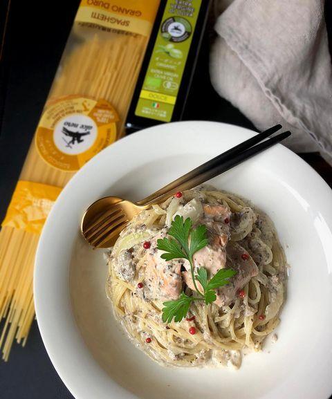 パスタ、鮭、ケッパー、イタリアンパセリ、クリームソース。