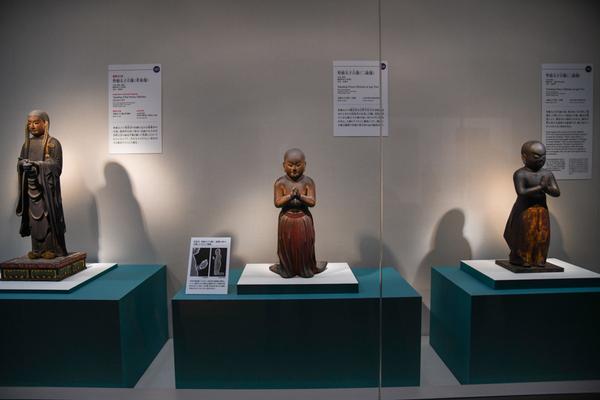 《聖徳太子立像(二歳像)》などの展示風景