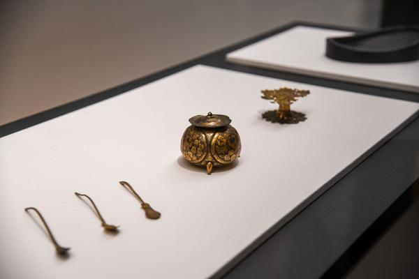 《陶硯》《墨床》《水柱》《匙》の展示風景