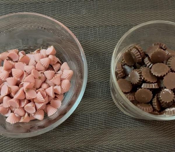 チョコとイチゴの部分を包丁で切る