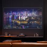 これさえあればテレビ要らず。壁面のほぼ真下から投影する110インチプロジェクター