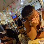 ゆるカフェ訪れたJK、隣を見て驚愕 ある男性の「漢気」あふれるスタイルが話題に