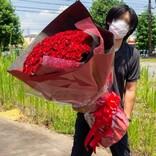 """【でかっ!】想像を絶する""""108本のバラ""""の花束に大反響 - 「あげる側も貰う側も重労働」「サプライズで渡すの無理」"""