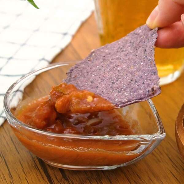 コストコのブルーコーントルティーヤチップスにサルサソースをつけている写真