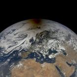 NASAが日食中の地球に浮かんだ月影の写真を公開