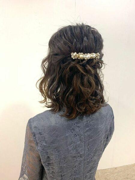 髪の動きがおしゃれな華やかハーフアップ
