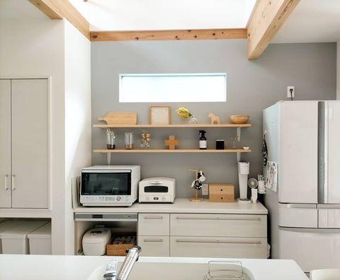 北欧テイストの爽やかなキッチン飾り棚実例