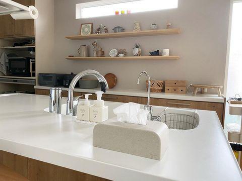 余白の空間がおしゃれなキッチン飾り棚実例