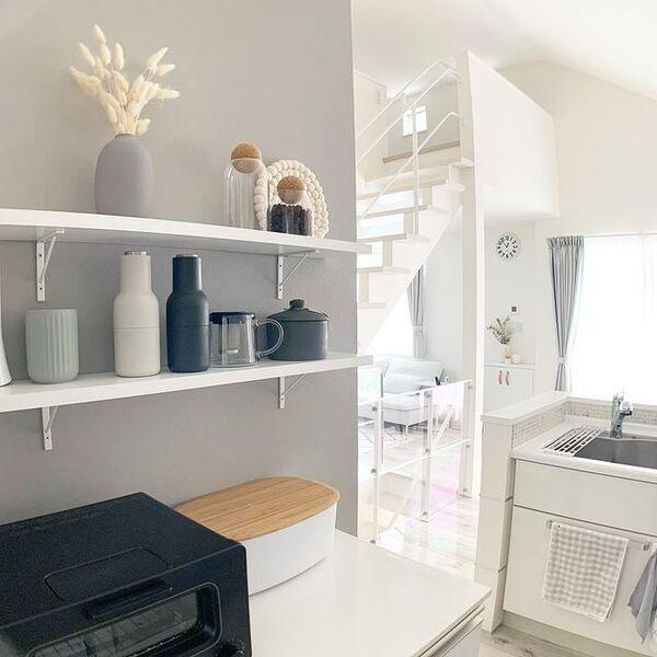 海外見えするクールなキッチン飾り棚実例