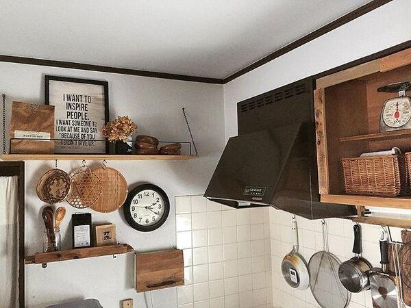 ナチュラルレトロなキッチン飾り棚実例