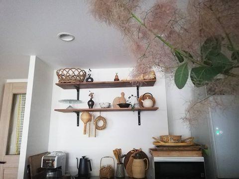 素朴感がおしゃれ見えするキッチン飾り棚実例