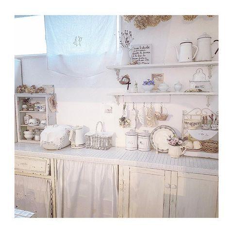 シャビー調ホワイトのキッチン飾り棚実例
