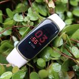 まるでジュエリーのようなフィットネストラッカー: Fitbit Luxeレビュー