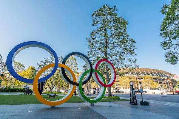 五輪のシンボルと国立競技場