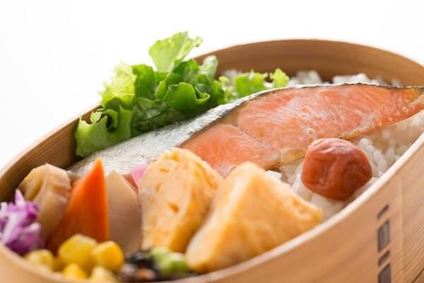 気温が高い夏は食中毒が増える季節でもあります。作ってから時間が経過して食べるお弁当はなおのこと衛生面で気をつけたい時期です。お弁当を傷ませないために、やってはいけないことと、やっておきたいことをご紹介します。