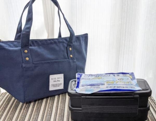 夏の弁当は保冷剤とともに保冷バッグに入れる
