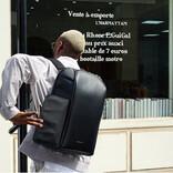 パカっと開いて荷物が出せる。マグネット式で開閉できるサイドドア付きバックパック