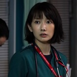 美月(波瑠)、幸保(岡崎紗絵)の腕の中で涙…『ナイト・ドクター』