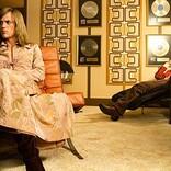 """デヴィッド・ボウイ""""ジギー・スターダスト""""誕生を描いた映画『スターダスト』より、衣装の変遷が分かる劇中写真公開"""