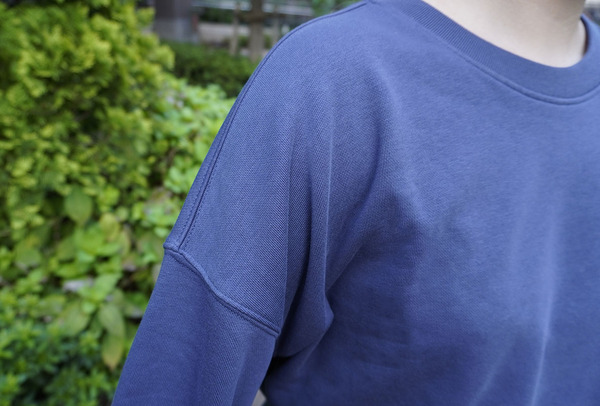 ユニクロ 「リラックススウェットシャツ(長袖)」肩回り