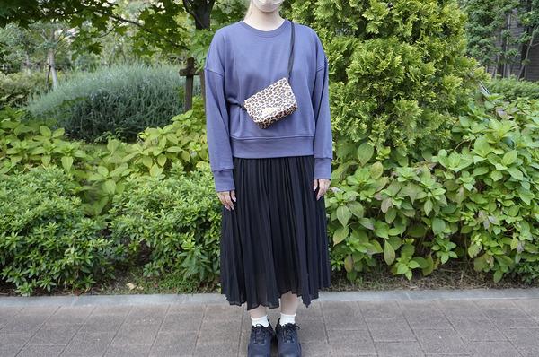 ユニクロ 「リラックススウェットシャツ(長袖)」 スカートにバッグをプラス