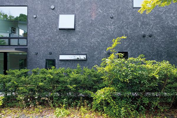 外側に窓がせり出す横すべり出し窓