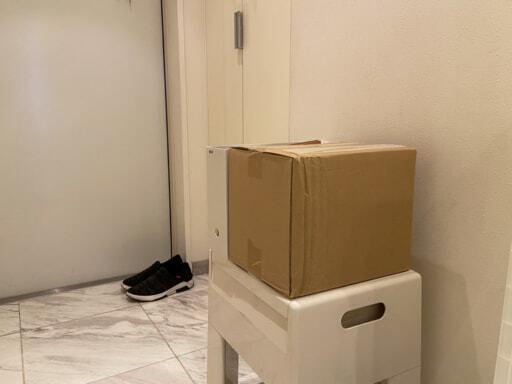 玄関で荷物を開梱する