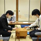 藤井3冠 斎藤八段に棋王戦で敗れ、年度内の最大6冠は5冠へ 「西のプリンス」と対戦成績4勝3敗に