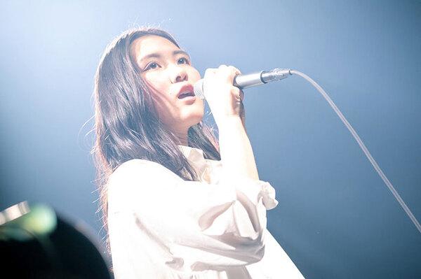 ライブで歌唱する琴音。小6の終わりから人前で歌い続けてきた若きベテランだ。