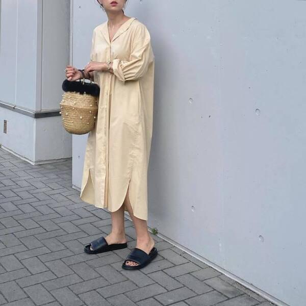 ユニクロのコットンギャザーロングシャツワンピースを着ている女性の写真