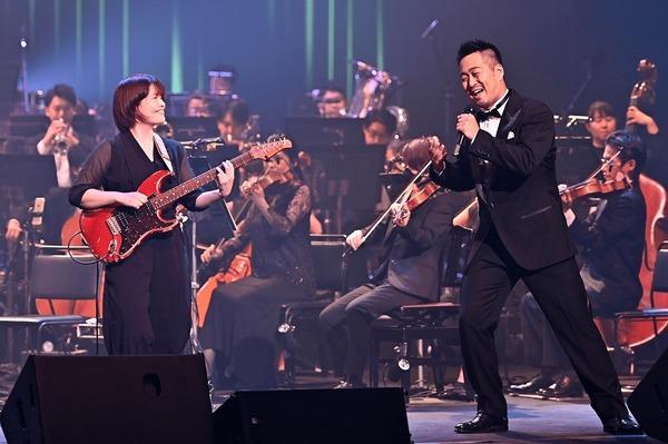 「ゴー・ザ・ディスタンス」を力強く歌う鹿野(写真右)