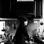 ソロ名義の活動のみならず、様々なアーティストとの共演や舞台、映画、アニメ等の楽曲制作でも知られる石橋英子。そのキャリアに迫る【インタビュー連載・匠の人】