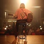 ジョニー・フリン演じるデヴィッド・ボウイの歌唱シーン披露、映画『スターダスト』本編映像