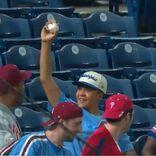 野球のファウルボールを捕って喜ぶ少年 次の瞬間? 「感動して涙が出た」
