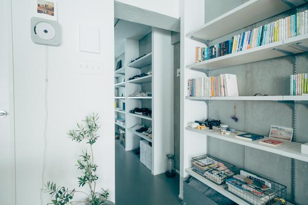 LDK壁面の本棚
