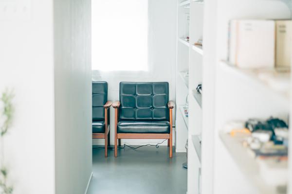 玄関に並ぶソファ