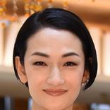 冨永愛 超ミニスカのゴールドファッションで美脚披露「バービー人形みたい」「細くて長くて綺麗な脚」の声