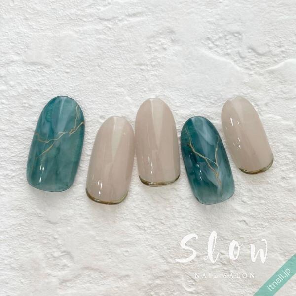 青みグリーンと乳白色のニュアンスネイル